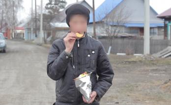 ребенок тайно ест чипсы