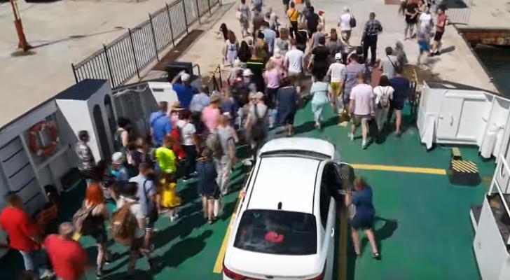 ливень в крыму: туристы массово уезжают?