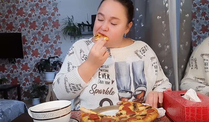 Инна Судакова ест пиццу